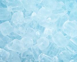 Кубики льда имитируют эффект охлаждения, которое обеспечивает Лиотон 1000 гель.