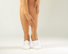Женщина втирает не оставляющий следов Лиотон 1000 гель в кожу уставших ног