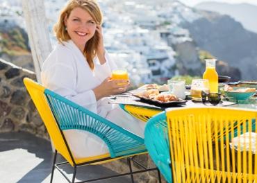 Энергичная улыбающаяся женщина наслаждается здоровым завтраком, чтобы предотвратить венозную недостаточность