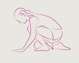 Женщина, стоя на четвереньках, выполняет упражнение на растяжку икроножных мышц.