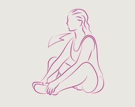 Женщина сидит, согнув колени и прижав стопы друг к другу, выполняя упражнение на растяжку внутренней поверхности бедра.
