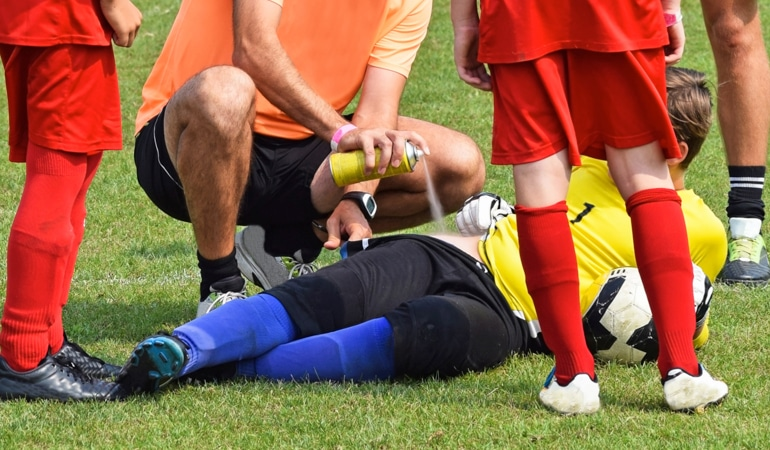 Injured soccer player and doctor with Lioton® 1000 Gel