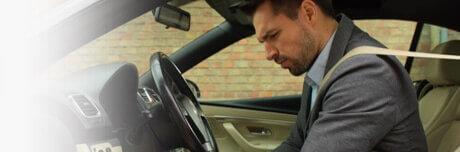 Мужчину в машине беспокоит тяжесть в ногах