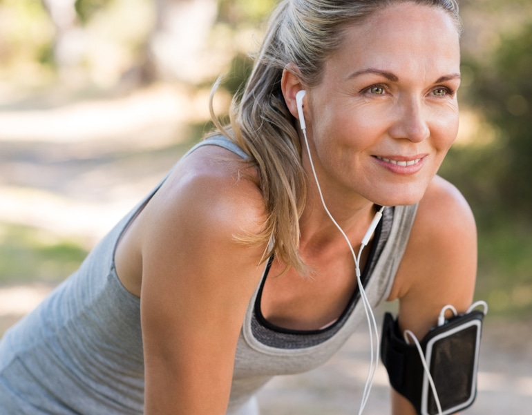 Женщина в хорошей физической форме готовится к упражнениям для профилактики венозной недостаточности