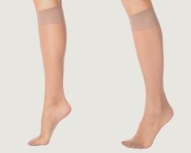 Женщина в компрессионных чулках для профилактики венозной недостаточности