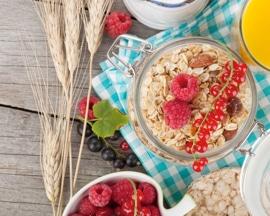 Здоровый сбалансированный завтрак с высоким содержанием пищевых волокон для улучшения моторики кишечника и профилактики варикозного расширения вен