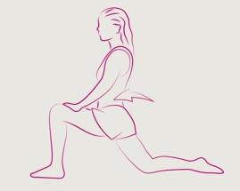 Женщина выполняет упражнение на растяжку передней поверхности бедра, согнув переднюю ногу под углом 90 градусов.