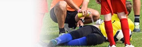 Травмированный футболист и врач