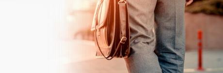 Мужчина несет сумку, в которой находится Лиотон 1000 гель.