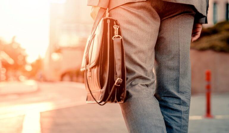 Мужчина несет сумку, в которой находится Лиотон® 1000 гель.